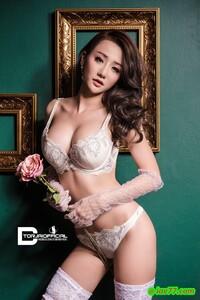 身穿性感白色蕾絲內衣的肉體最迷人