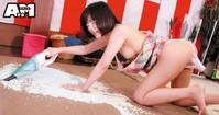 日本AV低級企劃...插著按摩棒做家事