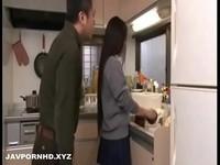 日本清純學生美少女在廚房被生吞了